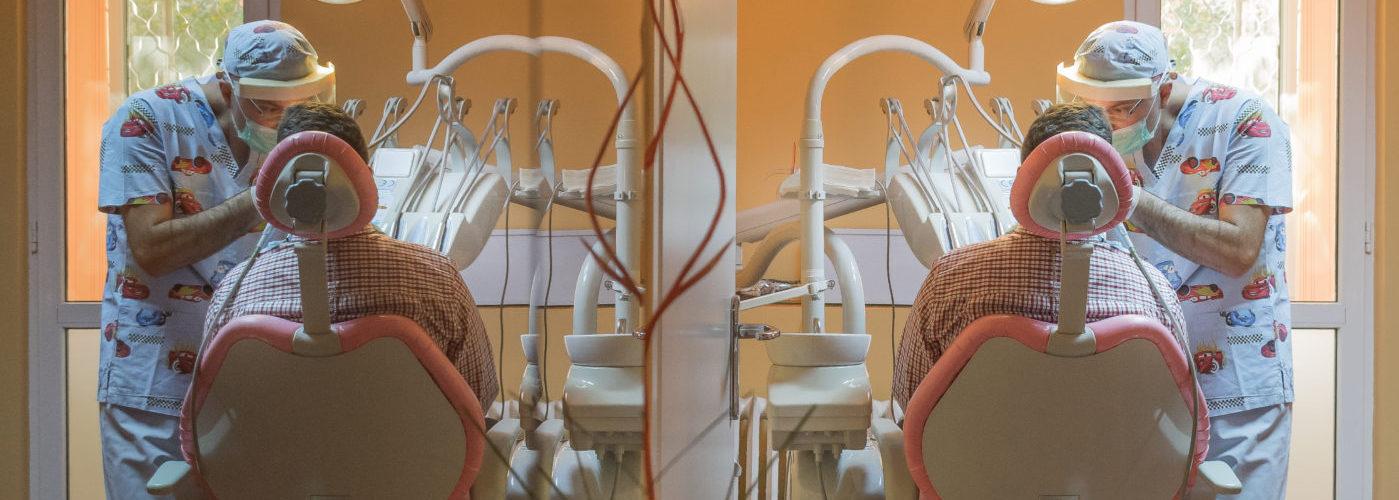Medicul stomatolog lucrează cu mâinile, mintea şi inima!